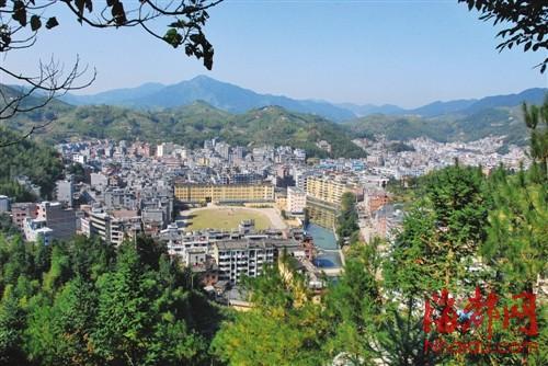 """寿宁县城青山环绕,绿水绕城,家家户户""""开门见山"""""""