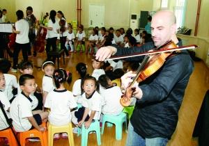 """音乐行动""""来到朝阳区半壁店小学 以色列著名中提琴家艾维·列维坦"""