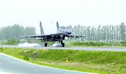 第三代战机首次在高速公路起降|飞机|起降_凤凰资讯