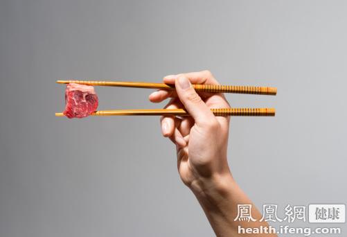 """筷子使用超3个月致癌健康用筷6要点(华盖供图) 筷子使用太久诱发肝癌 超期使用的一次性筷子会滋生各种霉菌,轻者可能导致感染性腹泻、呕吐等消化系统疾病。严重发霉的筷子会滋生""""黄曲霉素"""",该物质已经被广泛认定可诱发肝癌。 超期使用的家用筷子,含水量特别高。因为家用筷子使用频率高,且长期用水洗涤,很容易成为细菌生长的温床,如黄色葡萄菌、大肠杆菌等。长期将筷子摆放在橱柜内,则可能让筷子变质的几率提高五倍以上。 【健康用筷须知】 筷子寿命3~6月,变色的筷子要赶紧换 调查发现,普通筷子在使"""