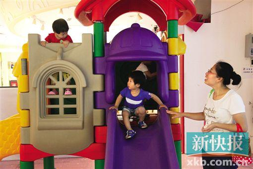 商场滑梯玩很爽 玩后洗手不能忘|幼儿园|早教_凤凰资讯