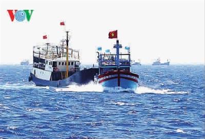 越南撞烂_越南渔船撞击中国渔船的电视截屏画面 图gj