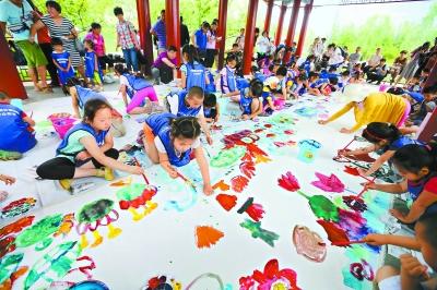 """昨天是六一儿童节,中国园林博物馆举办""""小手画世界"""""""
