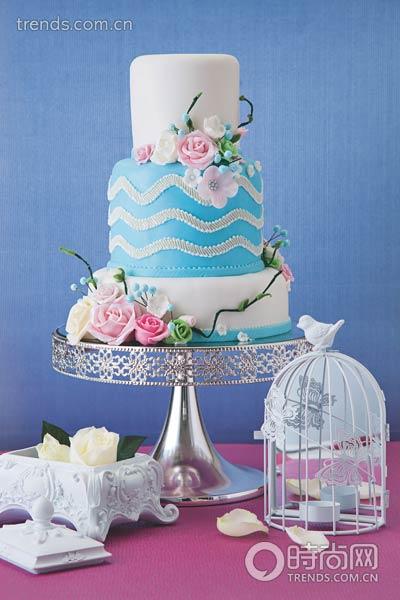 手捧蛋糕少女手绘