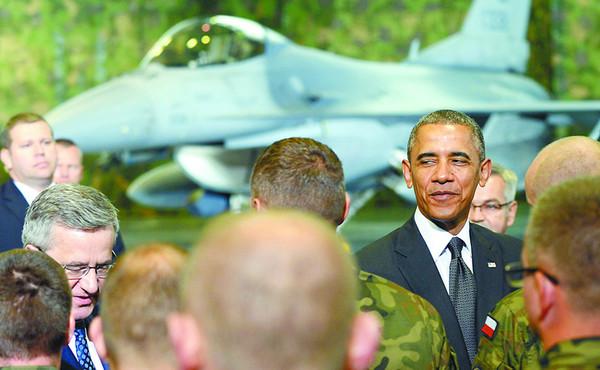 奥巴马3日抵达波兰开启访欧行程。图为奥巴马检阅美国与波兰F-16战斗机飞行员联合分队。