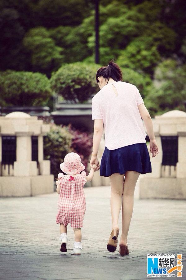 图:黄奕晒与女儿甜蜜牵手照