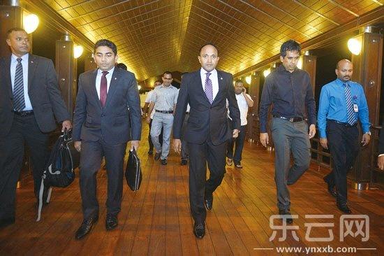 马尔代夫副总统贾米尔(中)4日晚离开机场,前往昆明出席南博会开幕式.