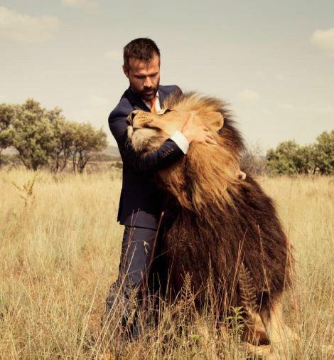 非洲动物园管理员与狮子踢足球(组图)