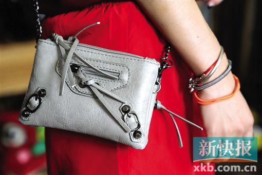 银灰色斜跨小包可装钥匙、手机等物,也可成为平衡造型色彩的法宝。