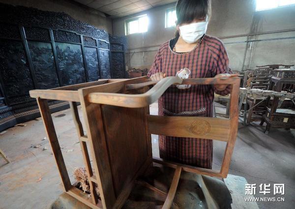 """南汉村传统仿古红木家具制作掀""""古典文化""""致富热"""