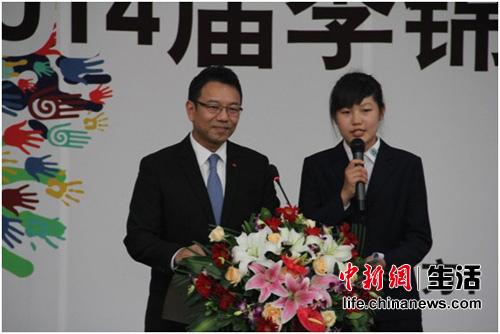 2012级希望厨师乔竟瑶与李锦记企业事务总监孔君道一起主持典礼