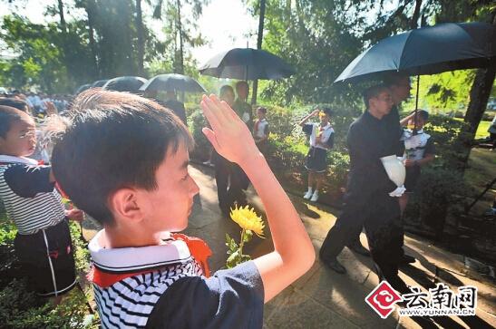 少先队员列队行队礼-2014 中国远征军抗日阵亡将士 公祭活动举行