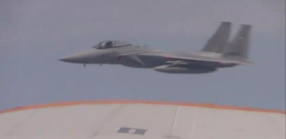 日军机从我图-154飞机左下方危险接近,距离约30米左右。