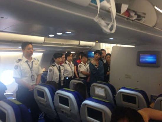 截至昨日中午12时,乘客仍然滞留在飞机上,香港航空机组人员则准备全部下机。(照片由乘客提供) 东方网6月22日消息:据《东方早报》报道,因香港飞往上海航班晚点,近18个小时约70多名内地乘客与航空公司难以达成赔偿协议后,因不满航空公司处理态度及赔偿方案,通宵滞留香港机场。 昨日,本应于20日21时从香港飞往浦东机场的HX234航班,因天气原因及上海空中流量管制等问题滞留机场,机组成员与部分内地乘客产生争执。最终,该航班后于昨日下午起飞,并向乘客致歉并赔偿,延误时间长达近18小时。 乘客 不满航空公司处理