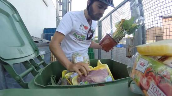 为抗议浪费,法国男子杜班切特骑行3000公里,只靠吃垃圾箱中的食物度日。