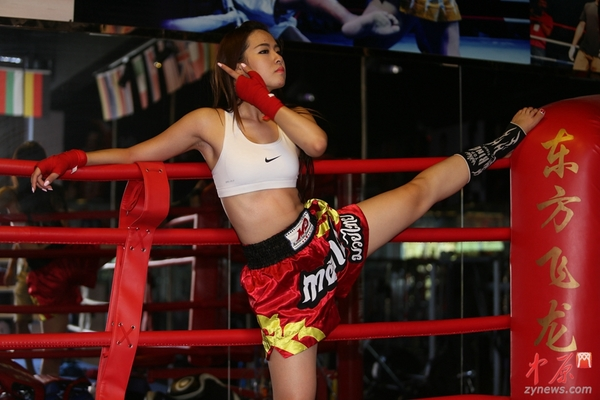 美女:郑州90后高清直播大厅美女美女拳击手以一敌四男v美女抹油图片