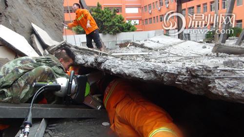 当天,消防人员爬进钢筋混泥土的缝隙中,将被困男子慢慢拖出.