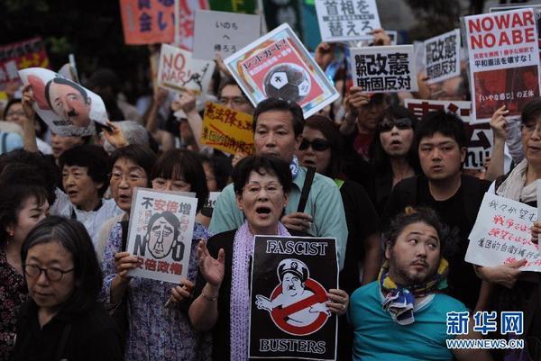 一名小男孩手持一幅手绘海报参加抗议