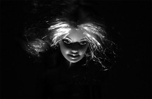 """原本美丽动人的芭比娃娃,变成了凌乱不堪的""""鬼娃娃"""""""
