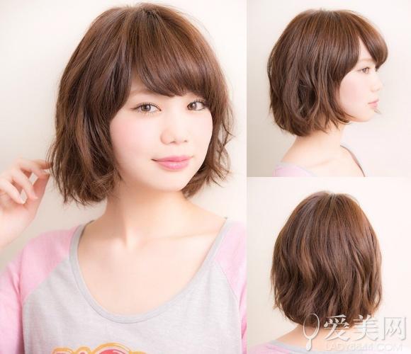 微烫刘海搭配蓬松蛋卷造型修出可爱小脸,板栗色头发衬出白嫩肌肤.