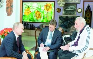 古巴前领导人菲德尔·卡斯特罗(右)会见俄罗斯总统普京。 新华社发