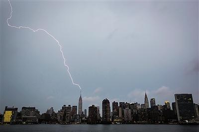 闪电降价只凤凰资讯_7月15日,一道闪电打在美国纽约曼哈顿的帝国大厦上.