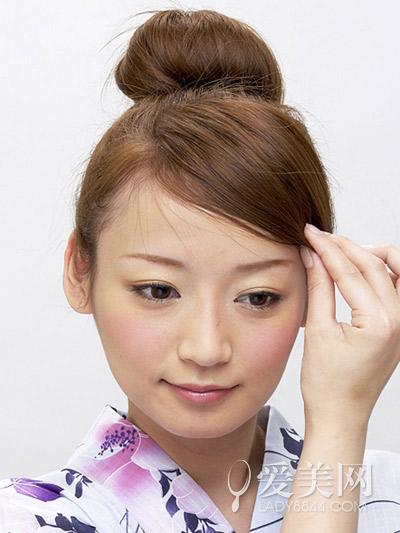 丸子头的扎法图解 一分钟清爽美丽|丸子|发型_凤凰时尚