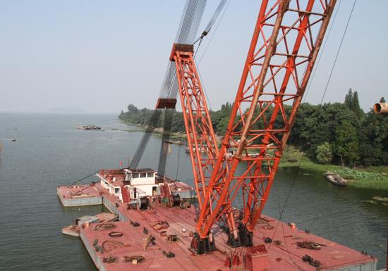 上作业的500吨级的大吨位浮吊船吊装,这在内河桥梁建设史上尚属首次.图片