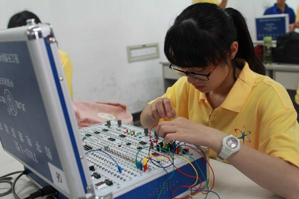营员们做电工电子实验
