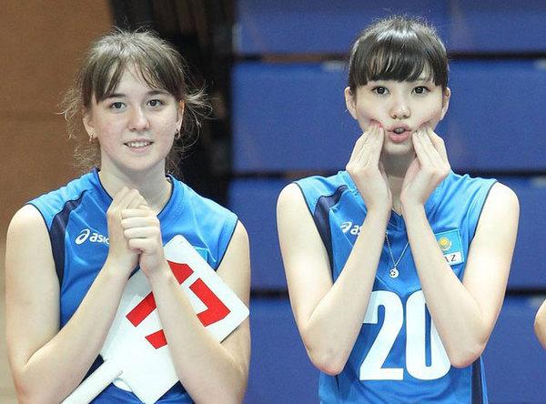 中国台湾网7月25日消息 亚洲青年女子排球竞标赛日前在台北落幕,中国队击败日本完成三连冠,中华台北队夺得第五。不过,在这项赛事中,上场时间并不多的哈萨克斯坦女排队员艾媞博阿娃莎宾娜却一夜走红。这位17岁的排球软妹身高182公分,腿长120公分,是位标准的十二头身美少女。据称,在比赛当中,很多球迷倒戈相向地支持哈队。 据台湾媒体报道,中国队虽然夺冠,但几乎无人关心,因为莎宾娜(Sabina Altynbekova)实在太吸睛,不仅红到大陆、日本,连英国的《每日邮报(Daily Mail)》也在关注这个现