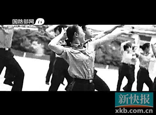 ■帅气青春的兵哥兵姐穿着各式制服大跳《小苹果》,这画面太美要扶住下巴哦!