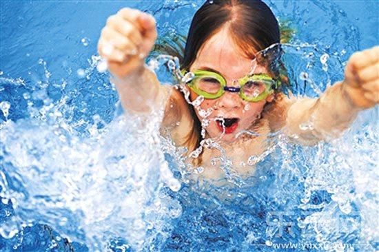 欢 儿童嬉水 警 防护跟上