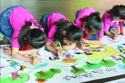徐州:小学生正在手绘礼仪公益广告作品.