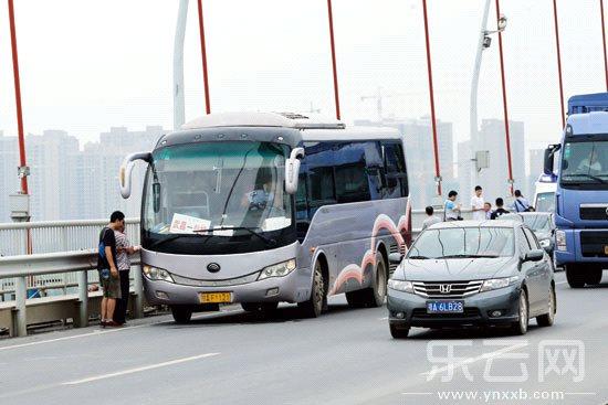 武汉/被劫持的长途大巴车。新华社发...