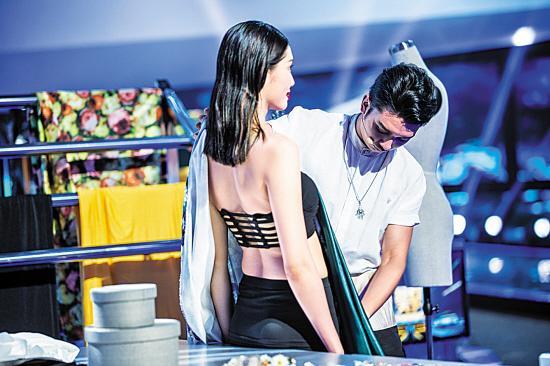 在《技行天下》节目中,服装设计师现场量体裁衣