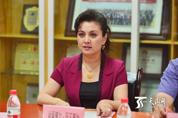 新疆艺术剧院名誉院长迪丽娜尔