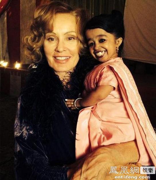 据国外媒体报道,新一季《美国怪谭》将会聚焦一个畸形马戏团的故事,来自印度的乔迪-阿姆奇确认加盟第四季,将在剧中出演四集的戏份。据悉,现年20岁的乔迪-阿姆奇是世界上最矮小的女人,并保持着吉尼斯世界纪录。阿姆奇因患有软骨发育不全症,身高只有62.8厘米,体重6公斤左右。图为奥斯卡影后杰西卡-兰格与乔迪-阿姆奇合影。