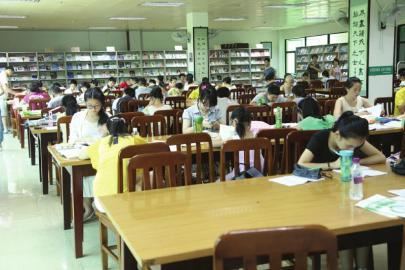 市民在图书馆看书学习-馆藏图书有没有 市民只需动动手图片