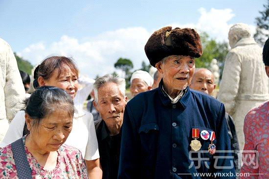 在松山雕塑群,年逾9旬的老兵思潮起伏.