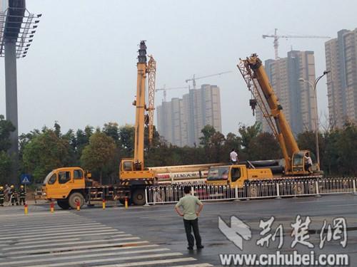 长江工程职业技术学院门前一天然气运送车起火 气味刺鼻