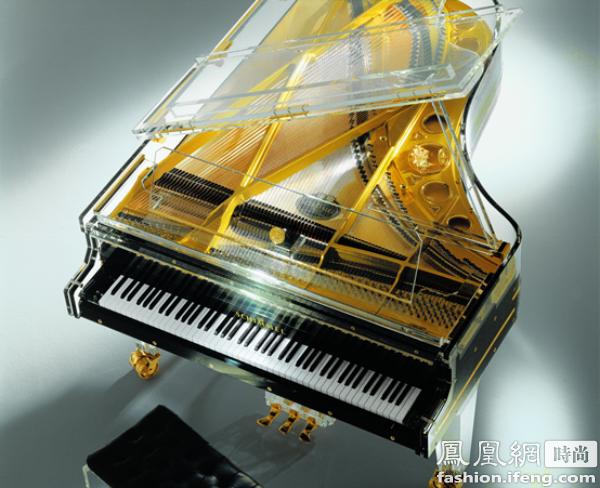舒密尔(Schimmel)黑色水晶钢琴 任何一台德国舒密尔(Schimmel)三角钢琴在严谨设计、精致工艺和杰出音质等方面都无可挑剔。每一台钢琴都是传统手工的杰作,是艺术与技艺结合的完美典范。透过晶莹剔透的水晶,可以清晰看到钢琴内部所有精密的构造,令人叹为观止。至今,舒密尔(Schimmel)水晶钢琴仍然是全世界独一无二的珍品,没有任何其他钢琴能与它比肩,可谓倾倒众生。这台水晶钢琴向世界展现了最优质的材料和精湛工艺,它弹奏出的每一个音符都流淌着最纯净、饱满、闪耀的声音。无论是演奏莫扎特的古典乐,或是现代