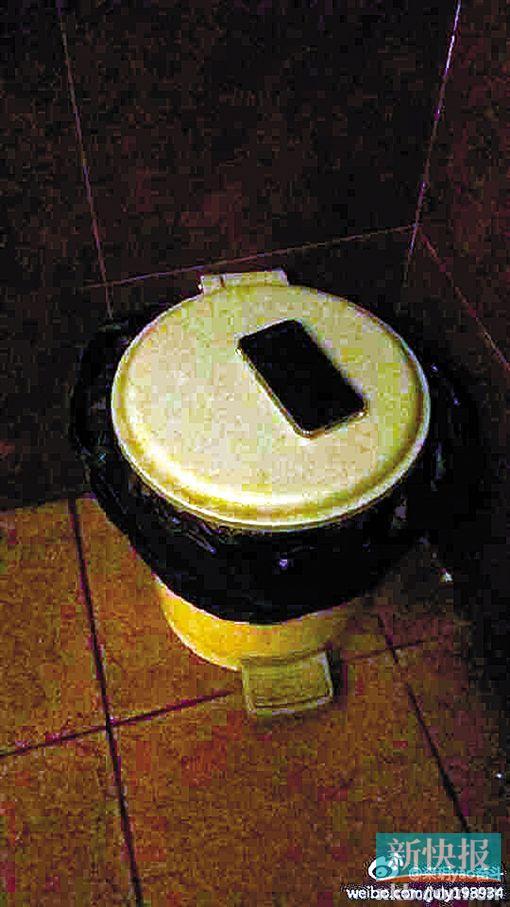 洗手间的垃圾桶上看见