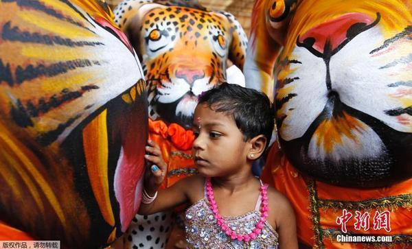 印度民众扮虎游街庆祝丰收