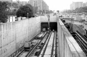 地铁1号线中信广场站出尚双塘高架站铺轨现场。图/记者陈勇