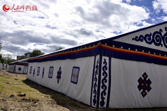 展区内的两个藏式大帐篷已准备到位.记者 任晓攀 摄