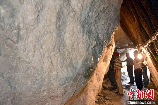 图为工作人员在检测玉石。中新社发杨光摄
