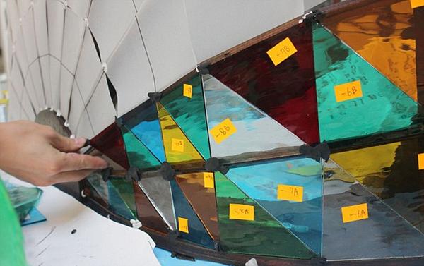英国汽车设计师多米尼克 威尔科克斯设计出一款车身由七彩玻高清图片