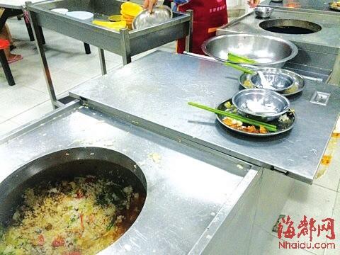 福州大学学生食堂,大铁桶里堆满了学生们浪费的剩菜剩饭