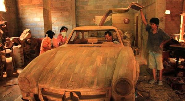 印尼木匠雕刻等比例精美超跑模型