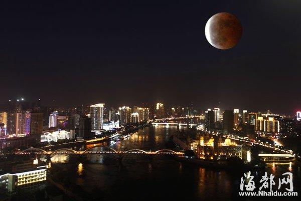 昨日19点41分,月食如期而至,福州解放大桥上空出现红月亮(二次曝光)